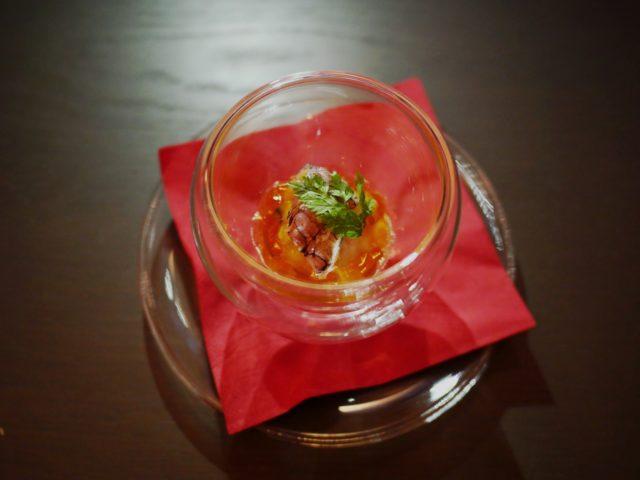 〈食前酒の一皿〉小樽産シャコと真烏賊のタルタルコンソメシュレ