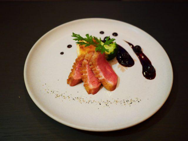 〈お肉料理〉滝川産合鴨ロース肉のロースト ドフィノワ添 ブルーベリーソース